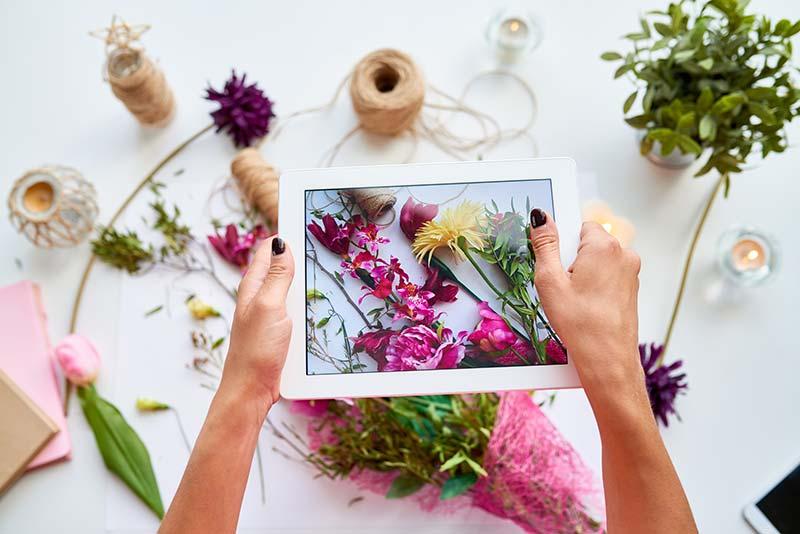 coup-marketing-content-idee-methoden-blumen-foto-tablet