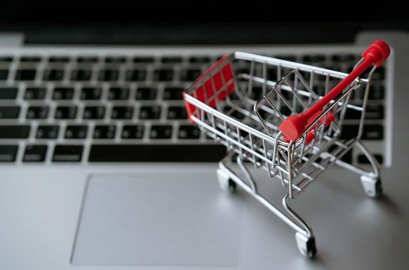 coup-marketing-warenkorbabbrüche-ursachen-einkaufswagen-laptop
